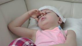 Le crochet de garçon une infection et prennent la médecine par la seringue orale de seringue banque de vidéos