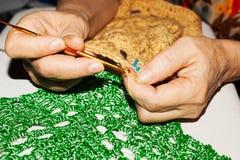 Le crochet de knits de femme Photos stock