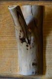 Le crochet en bois est attaché aux cintres en bois d'un mur pour Image libre de droits