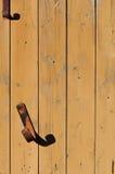 Le crochet rouillé en métal deux sur le mur de la verticale embarque le fond Photos libres de droits