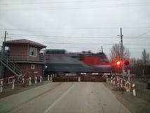 Le croisement de chemin de fer et le feu de signalisation de fonctionnement photographie stock