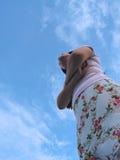 Le croisement de femme arme d'un air provoquant Images stock