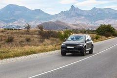 Le croisement monte la route dans une zone montagneuse Photo stock