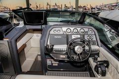 Le croiseur de Bowrider fait de la navigation de plaisance le panneau de capitaines Photographie stock libre de droits