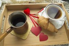 Le croissant et le café de petit déjeuner de jour du ` s de Valentine est servi dans un plateau avec le coeur Images stock
