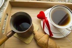Le croissant et le café de petit déjeuner de jour du ` s de Valentine est servi dans un plateau avec le coeur Photo libre de droits