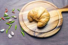 Le croissant woonden dessus le plat Photos libres de droits