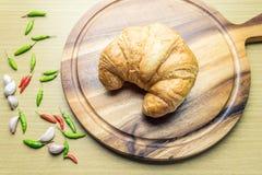 Le croissant woonden dessus le plat Photographie stock