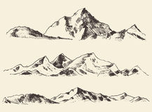Le croquis de montagnes contourne le vecteur dessiné par gravure Photo libre de droits