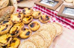 Le crostate e le pasticcerie francesi con il prezzo generico firmano sul panno controllato rosso nel mercato francese Fotografia Stock