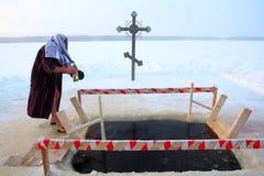 Le croyant orthodoxe prend une immersion dans l'eau glacée Image libre de droits
