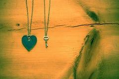 Le cru Valentine, le coeur et la clé sur la grunge rustique fissurée courtisent Image libre de droits