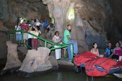 LE CUBA 28 JANVIER 2013 : les gens dans la file d'attente sur le bateau sur la rivière souterraine en caverne indienne dans Vinal Photographie stock