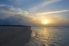 Le Cuba, Varadero - échouez au coucher du soleil avec un océan calme de turquoise images libres de droits