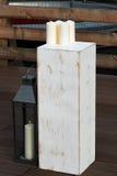 Le cube blanc, là-dessus sont les bougies blanches Un certain nombre de lanterne en métal Arbre vieilli et de posmertnoe Concepti Images libres de droits