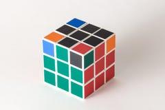 Le cube en ` s de Rubik sur le fond blanc Photo stock
