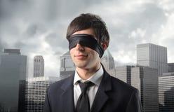 Le cuir épais de Blindman dans la ville Photo stock