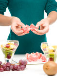 Le cuisinier épluche le pamplemousse pour le dessert de fruit Images stock