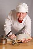 Le cuisinier avec un couteau image stock