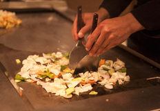 Le cuisinier de Chinois prépare le boeuf frit et des légumes de plat épicé Les chefs de mains préparent le plan rapproché chinois Photographie stock libre de droits