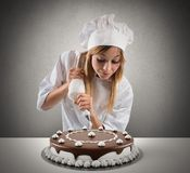 Le cuisinier de pâtisserie prépare un gâteau Photos stock