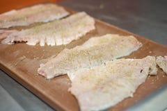 Le cuisinier fait cuire des poissons image libre de droits