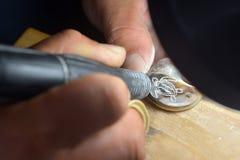 Le cuisinier Islander Maori grave la tortue de mer sur une coquille noire R de perle images stock