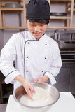 Le cuisinier lave le riz Photographie stock