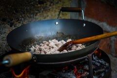 Le cuisinier prépare la nourriture dans le natur images libres de droits
