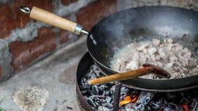Le cuisinier prépare la nourriture dans le natur photos libres de droits