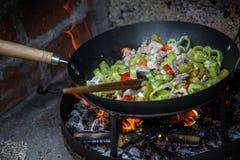 Le cuisinier prépare la nourriture dans le natur photographie stock libre de droits
