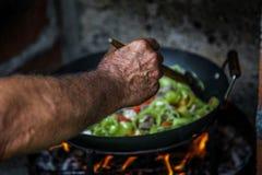 Le cuisinier prépare la nourriture en nature image stock