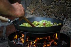 Le cuisinier prépare la nourriture en nature images stock
