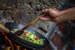Le cuisinier prépare la nourriture en nature photo libre de droits