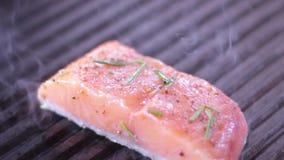 Le cuisinier prépare saumoné sur le gril banque de vidéos