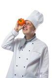 Le cuisinier regarde au poivre dans la main Photos stock