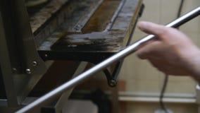 Le cuisinier retire la pizza de finition clips vidéos
