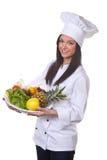 Le cuisinier sert un bol de fruits et légumes Photo stock
