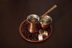 Le cuivre a placé pour faire le café turc avec des épices Photographie stock libre de droits