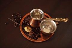 Le cuivre a placé pour faire le café turc avec des épices Images stock