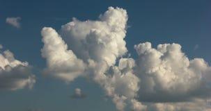 Le cumulus très haut soulève le laps de temps banque de vidéos