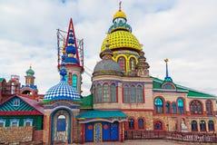 Le cupole del tempio di tutte le religioni Il villaggio di vecchio Arakchino Kazan, Tatarstan fotografie stock