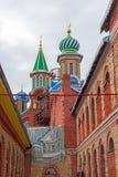 Le cupole del tempio di tutte le religioni Il villaggio di vecchio Arakchino Kazan, Tatarstan fotografia stock libera da diritti