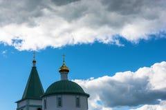Le cupole dorate contro il cielo immagine stock