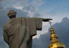 Le cupole dorate famose di Kyiv, dell'Ucraina & della mano di una statua Fotografie Stock