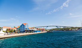 Le Curaçao coloré et pont bleu photographie stock libre de droits
