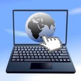 Le curseur de main cliquette l'ordinateur de ciel du monde d'Internet Photo stock
