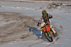 Le curseur de motocross exécute un tourne-à-droite avec Images stock