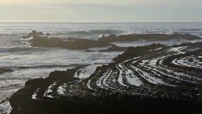 Le curve pietrose vicino puntellano Algarve, Portogallo stock footage