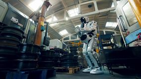 Le cyborg actionne un comprimé dans l'unité d'usine en métal banque de vidéos